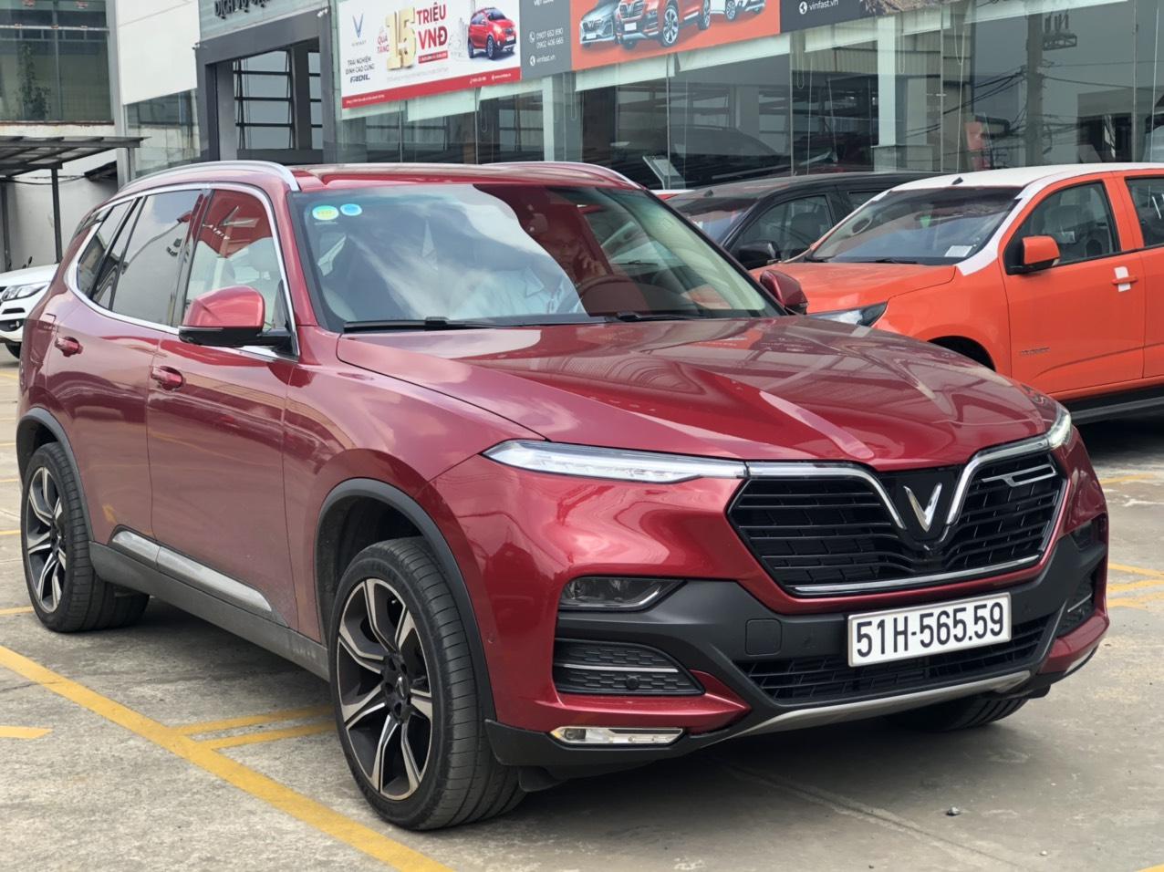 xe Lux SA màu đỏ