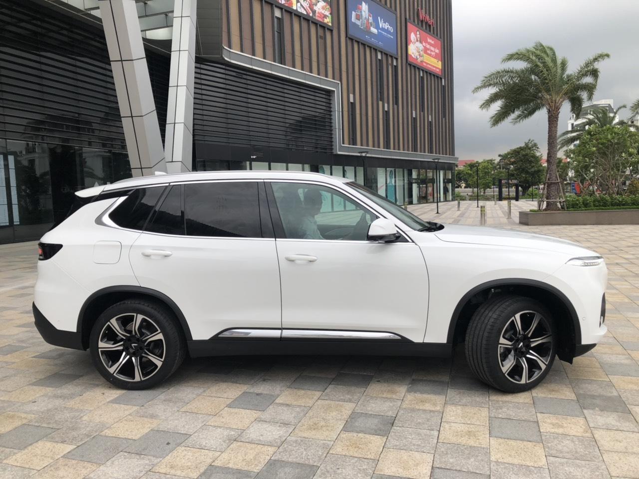 xe Lux sa 2.0 màu trắng