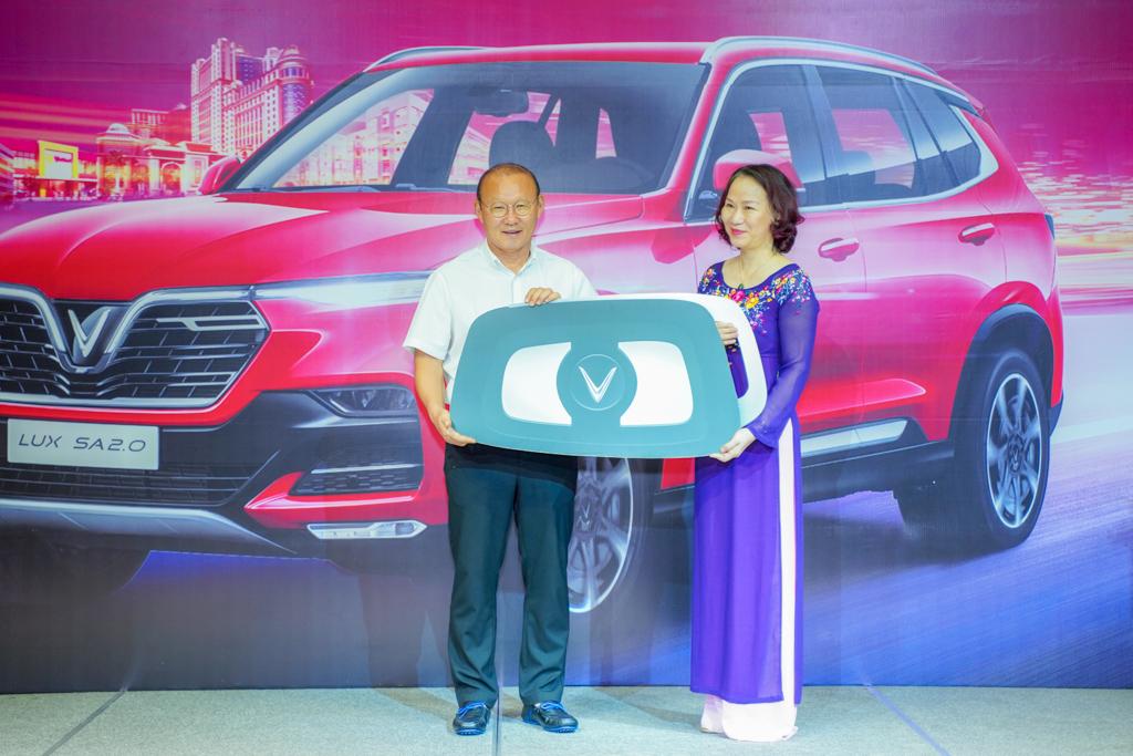 VinFast tăng xe Lux Sa HLV PARK